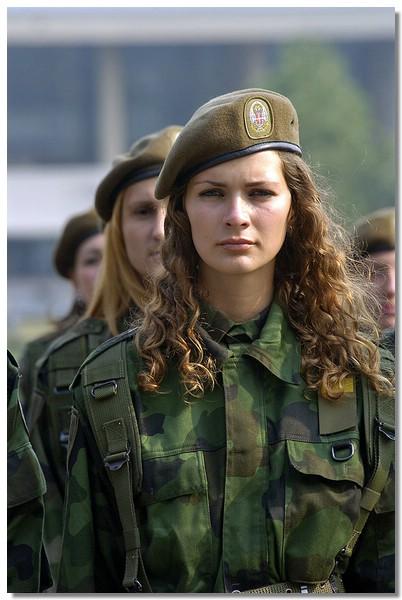 Soldatessa serba (Fonte: www.miliwoman.com)